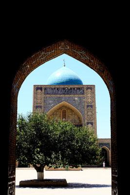 Aufgrund der riesigen Ausmaße von 130 x 80 m geht man aber davon aus, dass sie unter der timuridischen Herrschaft geplant wurde.