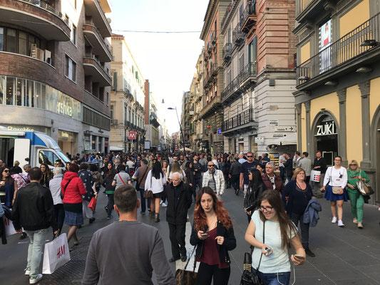 Die extrem hohe Bevölkerungsdichte macht sich sowohl im Straßenverkehr, als auch in den Fußgängerzonen bemerkbar