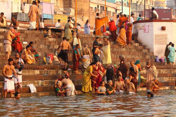 Pilger waschen sich wie einst Shiva dies in Varanasi tat, von den Sünden frei. Sie meditieren oder machen Yoga Übungen und beten zu Shiva.