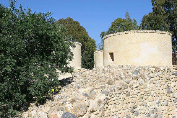 Khirokitia: besterhaltene, rd. 8000 Jahre alte Siedlung auf Zypern, durch eine Stadtmauer gegen Feinde geschützt.