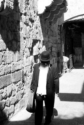 Man erkennt sie leicht an ihrer immerwährend schwarzen Kleidung und am Peyot, den Seitenlocken. Den Staat Israel lehnen sie ab, weil er ihrer Meinung nach erst vom Messias gegründet werden darf.