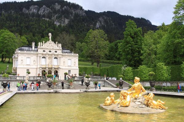 Schloss Linderhof Ludwigs II. Schloss und Park sind eines der kunstvollsten Ensembles des 19. Jhdts. Es ist das einzige vollendete Schloss Ludwigs II.