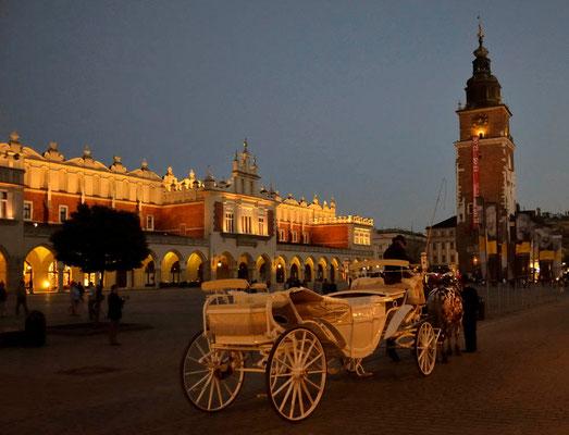 Die Tuchhallen: Die im Stil der Renaissance entstandenen Tuchhallen befinden sich im Zentrum des Hauptmarkts (Rynek Główny) und gehören zu den bekanntesten Bauwerken Krakaus.