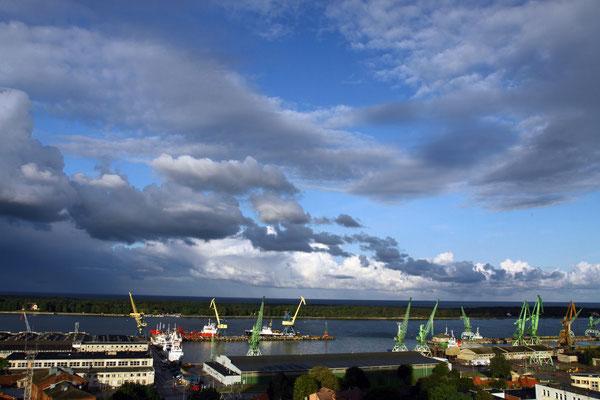 """Klaipedas Hafen mit Blick auf die Kurische Nehrung. Aus dem früheren gemütlichen Städtchen ist mittlerweile eine moderne, große Hafenstadt geworden, Litauens """"Tor zur Welt"""""""