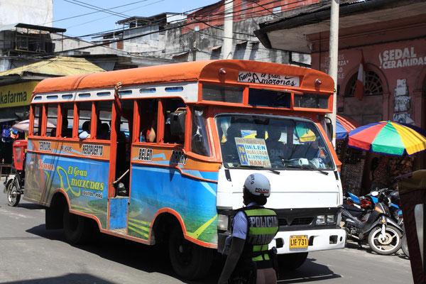 Lustig bemalte Busse prägen das Stadtbild mit.