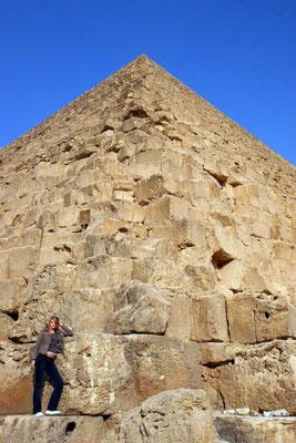 am Fuße der größten, der Cheops: 2,5 Mio. Steine mit einem Gewicht von je 4 to.