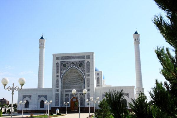 Die Minor Moschee in Taschkent, auch bekannt als Weiße Moschee, ist eine der größten Moscheen in Zentralasien. Die Fläche des Moscheegeländes ist größer als 11 Hektar, und der Gebäudekomplex hat eine Grundfläche von 17.700 qm, 2014 fertig gestellt.