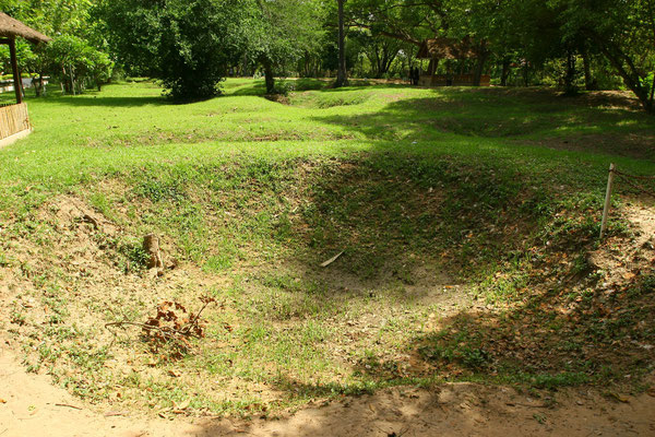 eines der geöffneten Gräber auf diesem früheren Obstgarten und chinesischem Friedhof