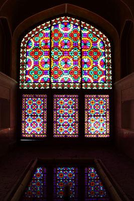 Das schöne Fensterdekor lässt nur wenig Sonnenlicht hinein.