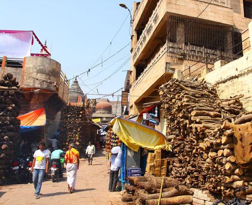 Etwa 350 kg Holz wird für eine Zeremonie benötigt.