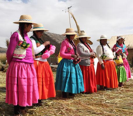 Es sind ihre Nachfahren, die die Urukultur aufrecht erhalten. Sie selbst leben heute überwiegend in Puno, der Hauptstadt der Provinz, zu der der Titicacasee gehört.