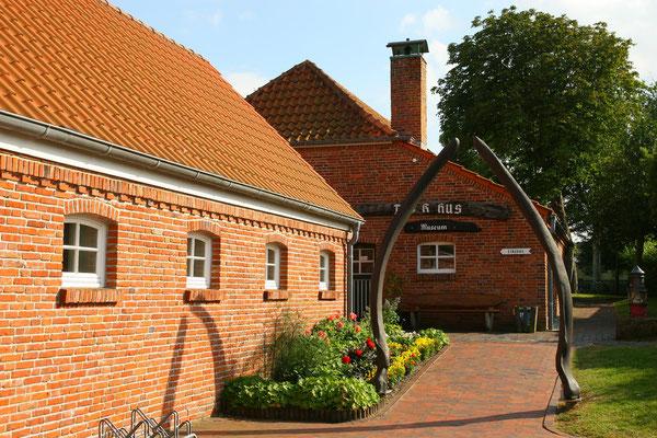 Das Heimatmuseum Dykhus (=Deichhaus) liegt in unmittelbarer Nähe des Alten Leuchtturmes. Der Zugang zum Heimatmuseum führt durch ein Tor, das durch zwei hoch aufgerichteten Kinnladen eines Wales gebildet wird.