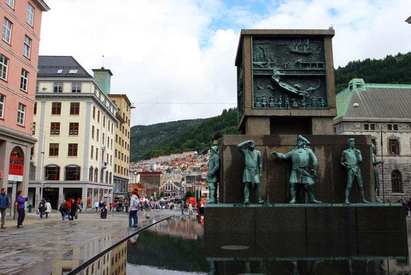 das Zentrum von Bergen mit Skulptur in der Fußgängerzone