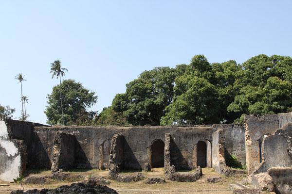 Neben den Grundmauern und meterhohen Steinsäulen sind als einzige Gebäudeteile die zwei Badehäuser erhalten geblieben, 1899 brannte der Palast völlig aus.