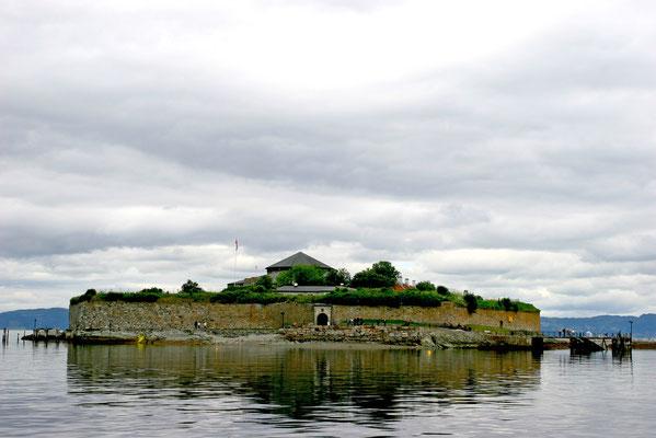 Trondheim: per Schiff gelangt man in die Stadt vorbei an der Insel Munkholmen mit sehr gut erhaltenen Ruinen des ehemaligen Benediktinerklosters