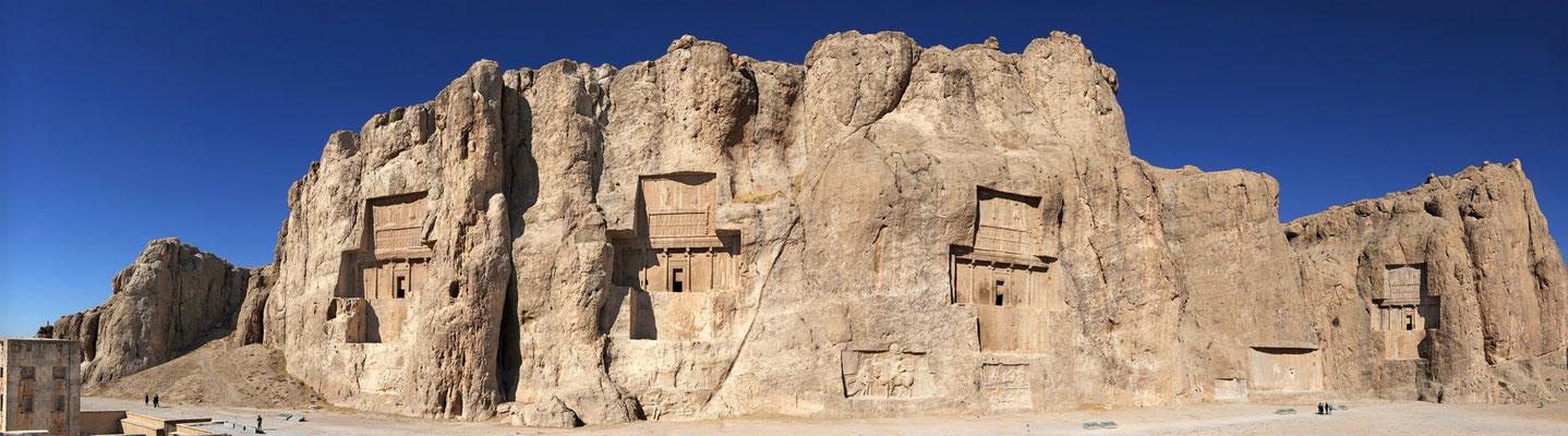 Achämenidengräber Naqsh-e Rostam: 4 Gräber achämenidischer Könige wurden in die Felsen getrieben und sind Teil des UNESCO-Welterbes.