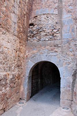Das Tor ohne Rückkehr-nach Abzug der Türken um 1900 begann der eigentlich berühmte Geschichtsabschnitt Spinalongas: Die Leprastation. Alle Einwohner von Kreta, welche an der Lepra erkrankt waren, wurden hierher verbannt.