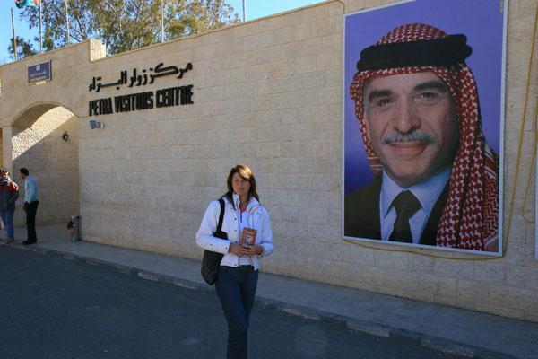 König Hussein von Jordanien bewacht den Eingang der Nekropole