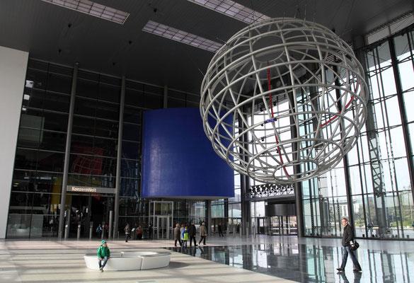 Imposante Eingangshalle am 28 ha großen Themenpark rund um die Mobilität