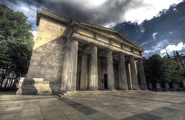 Die Neue Wache ist das Gebäude der ehemaligen Haupt- und Königswache neben dem Berliner Stadtschloss und dient heute als Zentrale Gedenkstätte der Bundesrepublik Deutschland für die Opfer von Krieg und Gewaltherrschaft