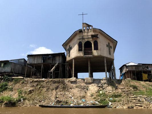 Direkt am Fluss leben die Menschen in unsagbar schlechten hygienischen Verhältnissen, selbst an der Kirche wächst der Unrat.