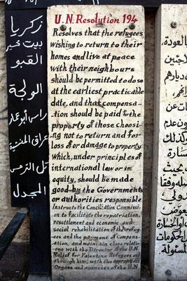 Am Eingang eines Flüchtlingsbezirks die UN-Resolution 194, die besagt, dass aus der Lösung heraus, die Palästinenser in Frieden mit ihren Nachbarn leben, sie die Häuser nutzen dürfen.