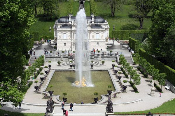 Der Schlossgarten ist angelehnt an Elemente des franz. Barockgartens mit Wasserbassins, geometrischen Blumenbeeten und einer Kaskade von Brunnenfiguren.