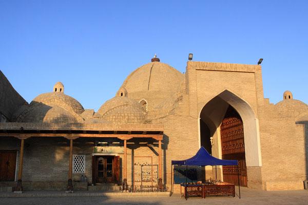 Zur Zeit der Schaibaniden im 16. Jhdt. wurden insges. 5 Handelsgewölbe im Stil von Zweckbauten errichtet. Hier konnte man z. B. Kopfbedeckungen, Pfeile oder Mehl kaufen oder auch Geld wechseln.