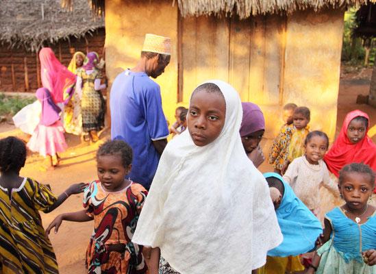 Auch hier sind es zuerst die Kinder, die uns willkommen heißen.