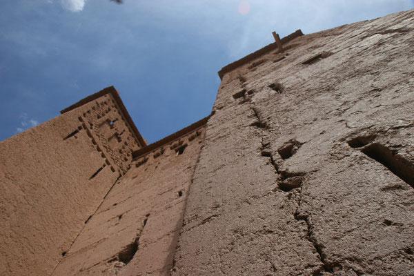 Aus Lehm, Stroh und feinem Kies errichtet, dienten die erdfarbenen Familienburgen als Schutz vor verfeindeten Berberstämmen und nomadischen Räubern. Gebä
