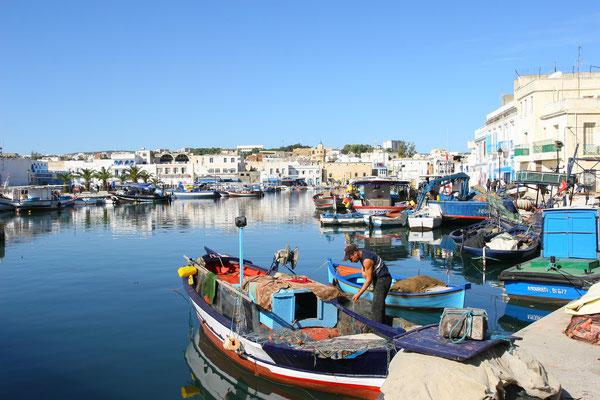 Aufgrund der genialen Lage am Meer mit geschütztem Hafen am nördlichsten Punkt Nordafrikas gründeten bereits um 1000 v. Chr. die Phönizier hier eine Siedlung.