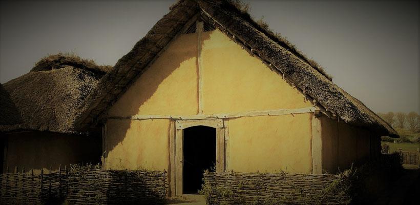 Das Haus des Tuchhändlers - Frühmittelalterliche Textilien bestanden zumeist aus Wolle, deren verarbeitung in fast jedem Haushalt stattfand. Im Sommer wurden diese Arbeiten überwiegend draußen verrichtet.