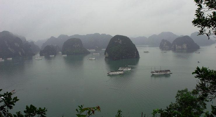 """Viele Touristenschiffe bieten Übernachtungsmöglichkeiten auf den """"Dschunken"""""""