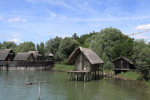 Hier werden sowohl archäologische Funde, als auch Nachbauten von Pfahldörfern präsentiert