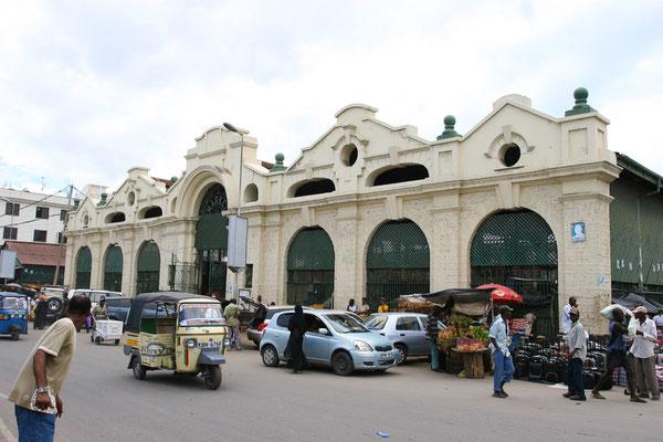 Geschäftiges Treiben in den alten Markthallen