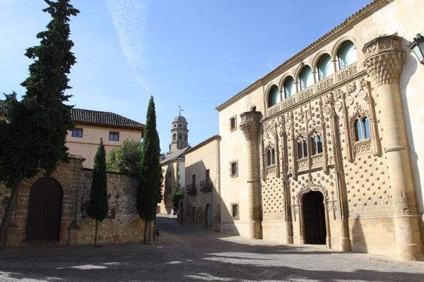 Zu den herausragenden Sehenswürdigkeiten von Baeza gehört neben der Kathedrale der Palacio del Jabalquinto, welcher Stile der Gotik des 15. Jahrhunderts, der Renaissance des 16. Jahrhunderts und des Barocks des 18. Jahrhunderts vereint.