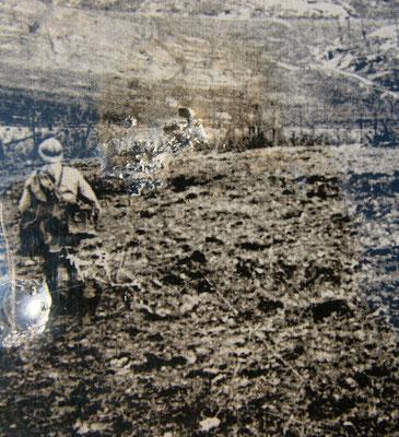 Douaumont - von zahlreichen Granateinschlägen zerfurchte Erde; die deutsche Artillerie verschoss in der Schlacht um Verdun 10 Mio. Granaten