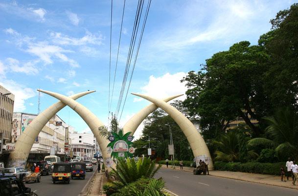 Kenia - Mombasa: 4 riesige Elefantenstoßzähne überspannen die Moi Avenue, die Hauptstraße Mombasas