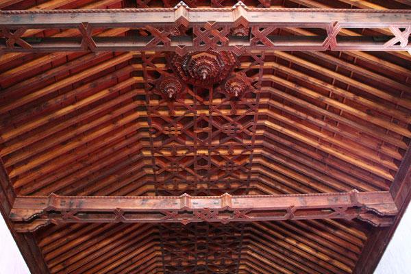 in drei mit Tafelwerk im Mudéjar-Stil bedeckten Schiffe eingeteilt