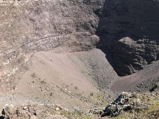 Blick in den Krater des Vesuv, dem Schicksalsberg am Golf von Neapel