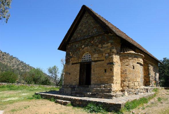 Von außen gleicht der kleine Bau eher einer Scheune, man erkennt aber am Dach unter der Ziegelkonstruktion noch ein zweites, älteres Tonnengewölbe unter dem Kirchenschiff.