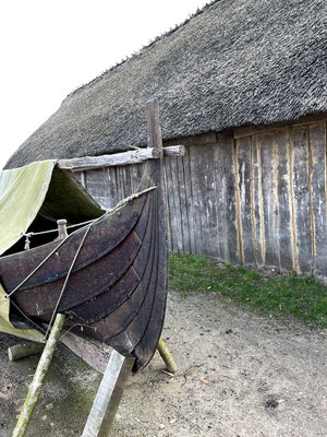 Fische spielten für die Ernährung der Bewohner von Haithabu eine entscheidende Rolle. Durch archäologische Hinweise konnten Ausrüstungsgegenstände der Fischer wie dieser Einbaum rekonstruiert werden.