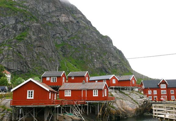 die typische rote Farbe der Häuser in Nordnorwegen besteht aus Lebertran mit Eisenanteilen und ist eigentlich die Farbe der armen Leute