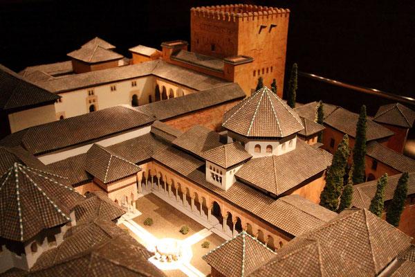 Ein Modell der Alhambra in ihrem ursprünglichen Zustand, hier mit Löwenhof.
