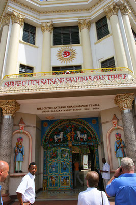 Eingang zum Swaminarayam-Tempel der Hindus