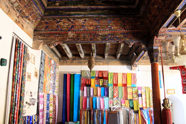 Margilan ist das Zentrum der Seidenmanufakturen. Touristen besuchen die Stadt in erster Linie um den Prozess der Seidengewinnung kennenzulernen.