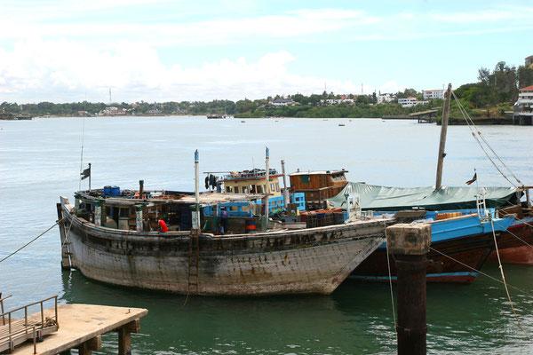 Gelegentlich noch heute legen seetüchtige Daus aus Arabien im alten Hafen an und bringen Fracht, die per Hand entladen wird