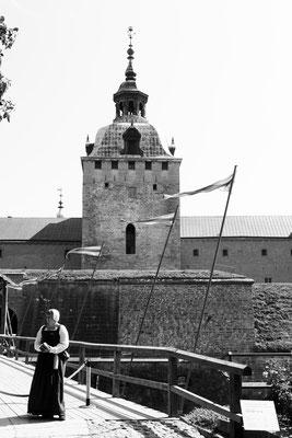 Die Geschichte des sagenumwobenen Schlosses ist 800 Jahre alt. Lange Zeit war das Kalmarer Schloss eine bedeutungsvolle Verteidigungsanlage, die wegen ihres strategischen Standorts auch Schlüssel des Reiches genannt wurde, denn die dänische Grenze war nah