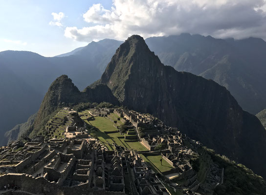 Mitten in den peruanischen Anden auf etwa 2400 Metern befinden sich die legendären Ruinen der Inkastadt Machu Picchu auf dem gleichnamigen Berg.
