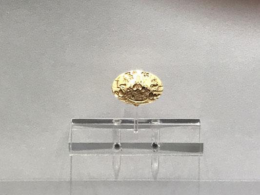 """Der Ring, der König Minos gehört haben soll, stamme aus dem 15. Jhdt.  v. Chr. . Der """"Minos Ring"""" war erstmals 1928 von einem  Jungen nahe Knossos gefunden worden. Sein archäologischer Wert sei unschätzbar, wird aber mit € 400.000,00  beziffert."""